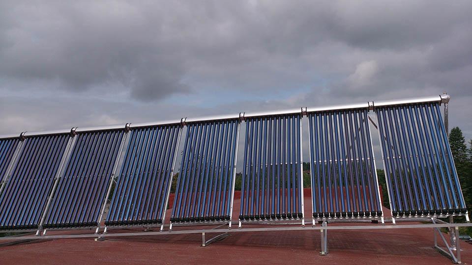 saules kolektoriu eile ant stogo