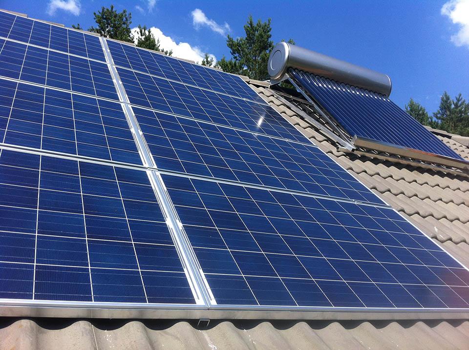saules kolektoriu irengimas ant stogo